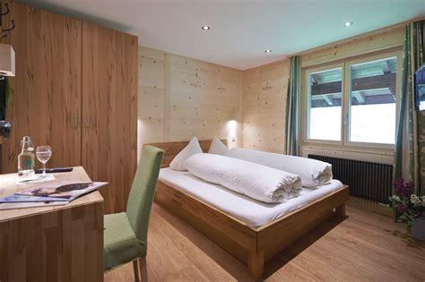 Zimmer Mit Violetten Wänden by Preise 187 G 252 Nstige Ferien Im Chalet Hotel Waldrand Simmental