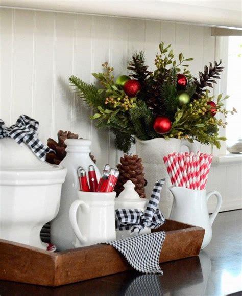 decorar la mesa de la cocina bolas navide 241 as y ramas de pino para decorar la cocina