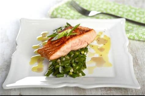 cuisiner des pav駸 de saumon recette de pav 233 de saumon haricots verts 224 l 233 chalote