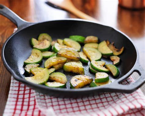 cucinare le zucchine in padella come ottenere zucchine croccanti in padella la cucina