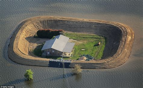 Berm House by Mississippi River Flooding Residents Build Homemade Dams