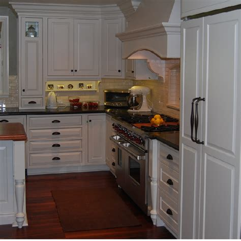 White Kitchen Cabinets With Rubbed Bronze Hardware by Bright White Kitchen With Bronze Hardware Pictures To Pin