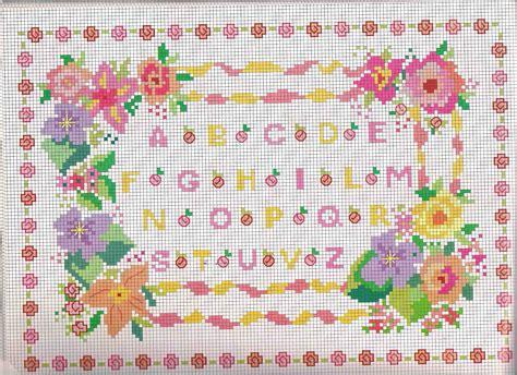 lettere piccole punto croce alfabeto da ricamare con piccole roselline color rosa