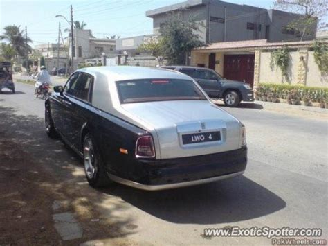 roll royce karachi rolls royce phantom spotted in karachi pakistan on 11 15 2009