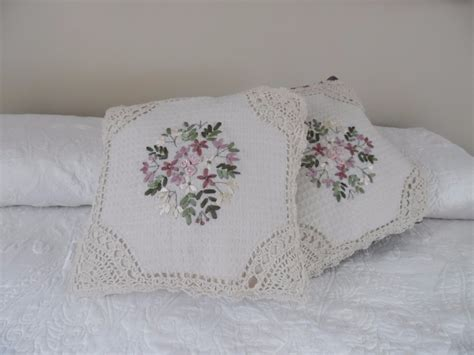 cojines con rosas a crochet dynelly says cojines a crochet