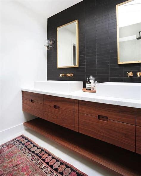 ways   skinny tiles  bathrooms digsdigs