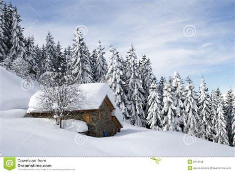 einsame hütte im schnee mieten cabana alpina sob a neve imagem de stock royalty free