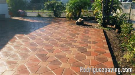imagenes de jardines con adoquines haciendo patio de adoqu 237 n con dise 241 o tipo loza en los