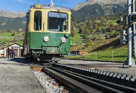 ferrovia a cremagliera treno e ferrovia a cremagliera in grindelwald fotografia
