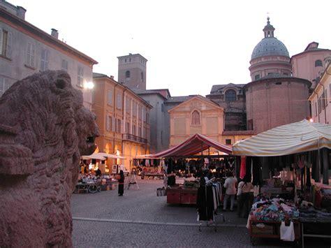 reggio emilia file reggio emilia piazza san prospero sera jpg