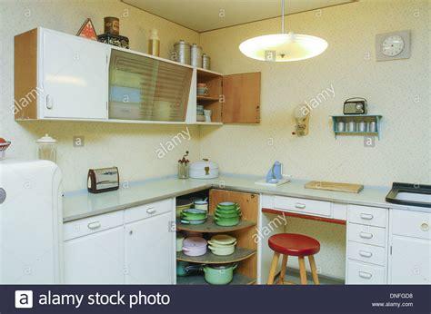 Wohnung 50er Jahre wohnung im 50er jahre stil k 252 che stockfoto bild