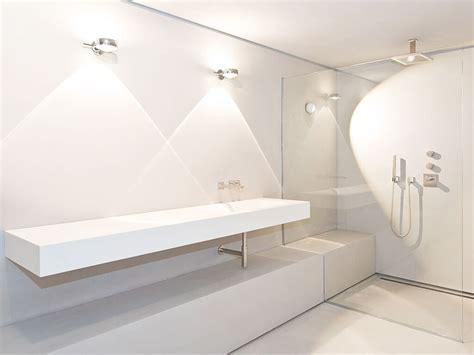 waschbecken aus glas geradliniges waschbecken mit trennwand aus glas zur dusche