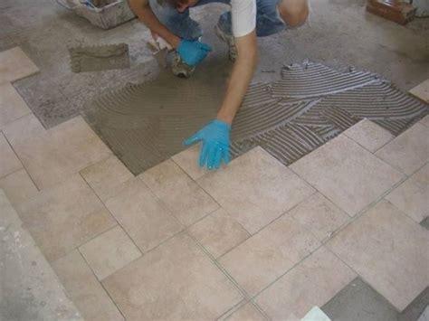 posare piastrelle posa delle piastrelle in pvc piastrelle