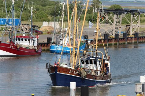fishing boat pd905 red and blue ship free image peakpx