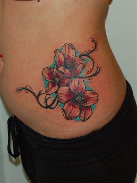 reizende bunte exotische blumen tattoo auf seite