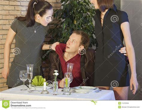 jalousie entre femmes sc 232 ne de jalousie dans le restaurant images libres de