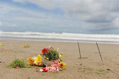 Di Bali canang sari persembahan umat hindu di bali bali kura kura guide