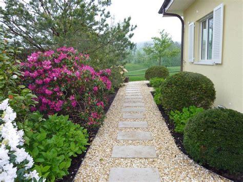 Merveilleux Allee De Jardin En Gravier #1: allée-jardin-gravier-decoratif-dalles-beton-arbustes-fleurs.jpg