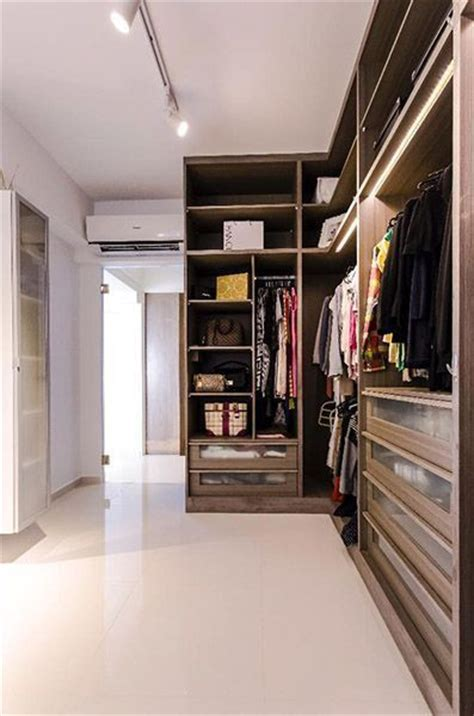 Walk In Wardrobe Hdb by 13 Hdb Flats With Walk In Wardrobes