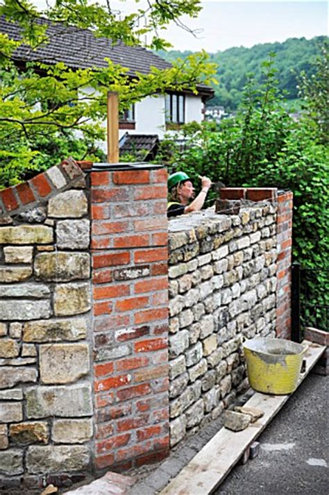A062 00598 Building A Garden Wall With Cotswold Stone A Reclaimed Brick Garden Walls