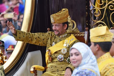 sultan hassanal bolkiah wives sultan of brunei golden jubilee gilded chariot procession