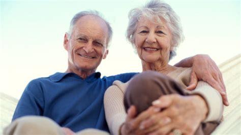 abuelos en el toylet hay m 225 s de 13 000 centenarios en espa 241 a