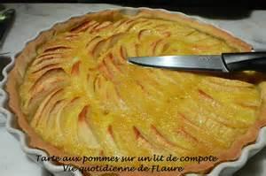 tarte aux pommes sur un lit de compote