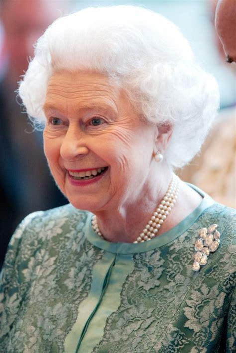 queen elizabeths hairstyle error 410 marie claire