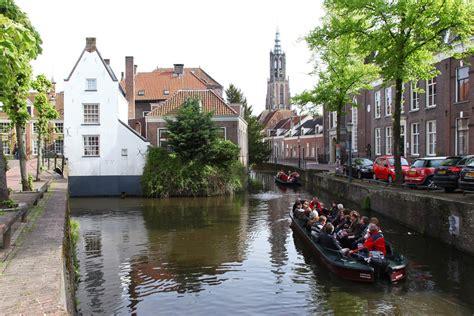 bootje amersfoort varen langs kunstzinnige heilige huisjes foto ad nl