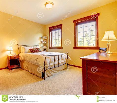 yess schlafzimmer gro 223 es schlafzimmer mit metallbett und zwei fenstern