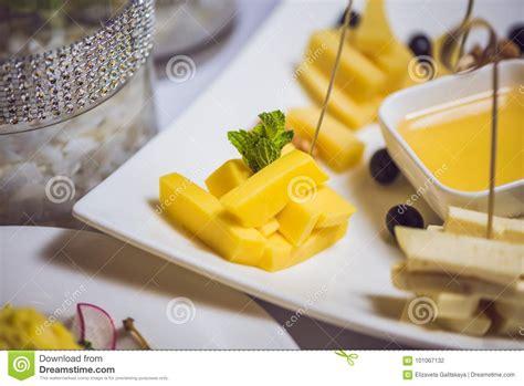 miele alimento miele e formaggi su un piatto bianco alimento fotografia