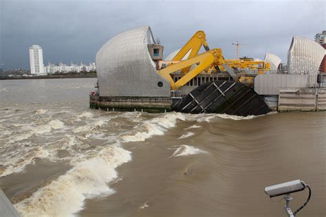 thames barrier video youtube quot astronomical quot tide leads to thames barrier closure the