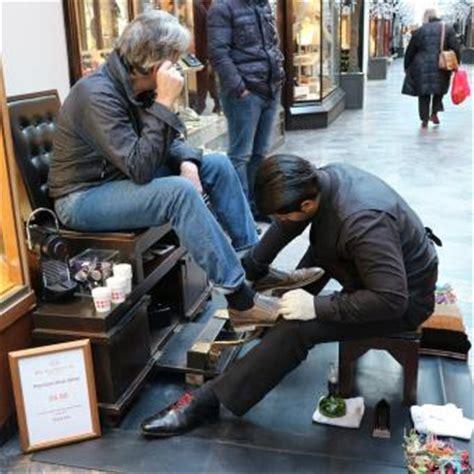 Sepatu Xml soal tukang semir sepatu di pusat belanja mewah