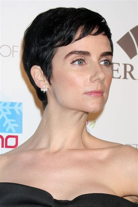how short shoulf i cut the sides if i want a quif pixie haircuts with bangs 50 terrific tapers