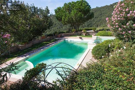 giardino piscina villa in vendita sul lago trasimeno