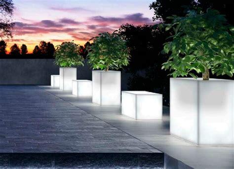 vasi da esterno illuminati vasi luminosi da giardino per dar luce alle tue serate estive