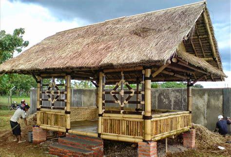 desain rumah gubuk bambu  kayu terbaru