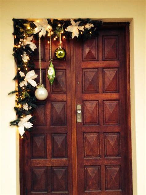 como decorar la puerta en navidad en forma de regalo ideas diy para decorar la puerta en navidad decoracion