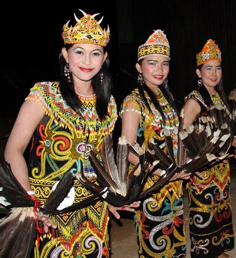 Baju Adat Orang Dayak kecantikan kain khas dayak yang mendunia