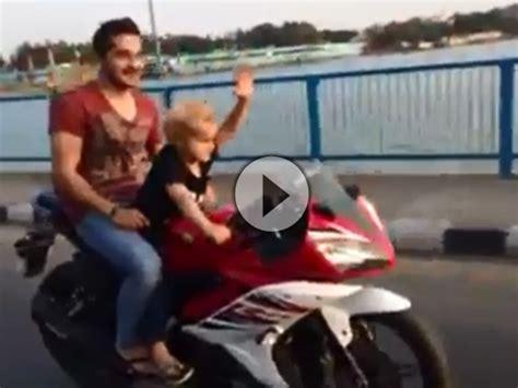 Kindermotorrad Video by Kindermotorrad S 246 Hnchen Lenkt Pappa Passt Auf