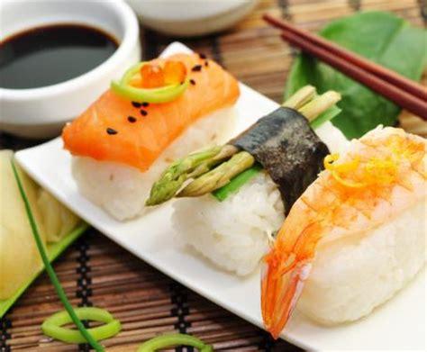 cucinare il sushi sushi la ricetta per preparare il sushi