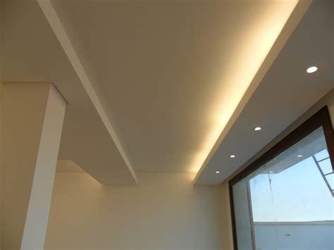 soffitto cartongesso con faretti foto controsoffitto con illuminazione neon e faretti di