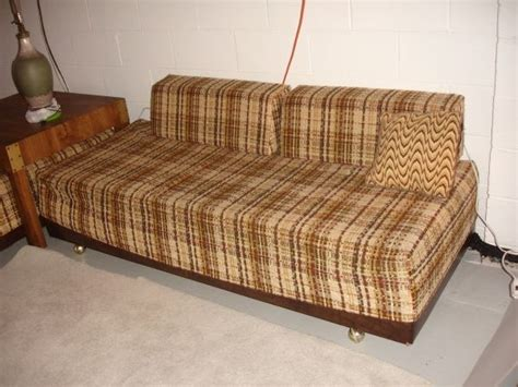 vintage twin beds sofa calling  brady bunch retro   treasure hunt