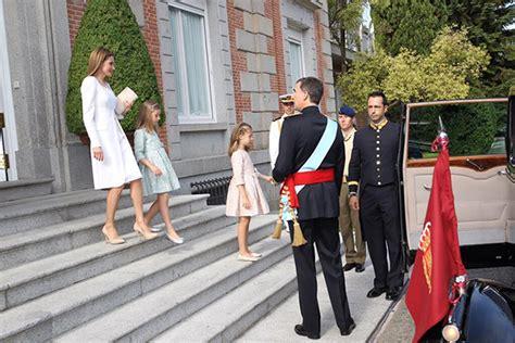 queen letizia is chic in white as she welcomes panamas letizia becomes queen in elegant felipe varela