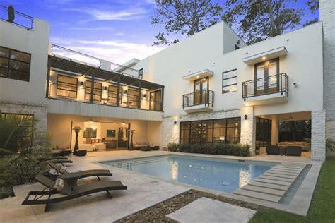 casa de casa de lujo con piscina en el centro