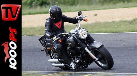 Motorrad Dauertest Harley Road King by Harley Davidson Boy Auf Der Rennstrecke