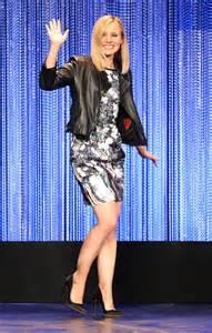 In Kristen Bells Closet Tadash Shoji by Tο πρωτότυπο τρικ της Kristen Bell για να φαίνεται πιο