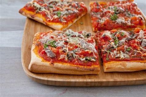 cuisiner une pizza recette de pizza tr 232 s tomat 233 e aux anchois et thym frais