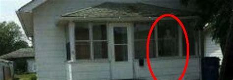 casa infestata dai fantasmi casa infestata dai demoni bambina cammina sul soffitto