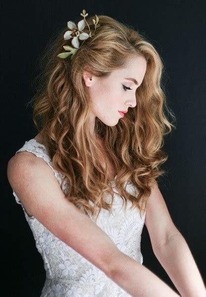 acconciatura con fiore acconciature capelli lunghi con fiori